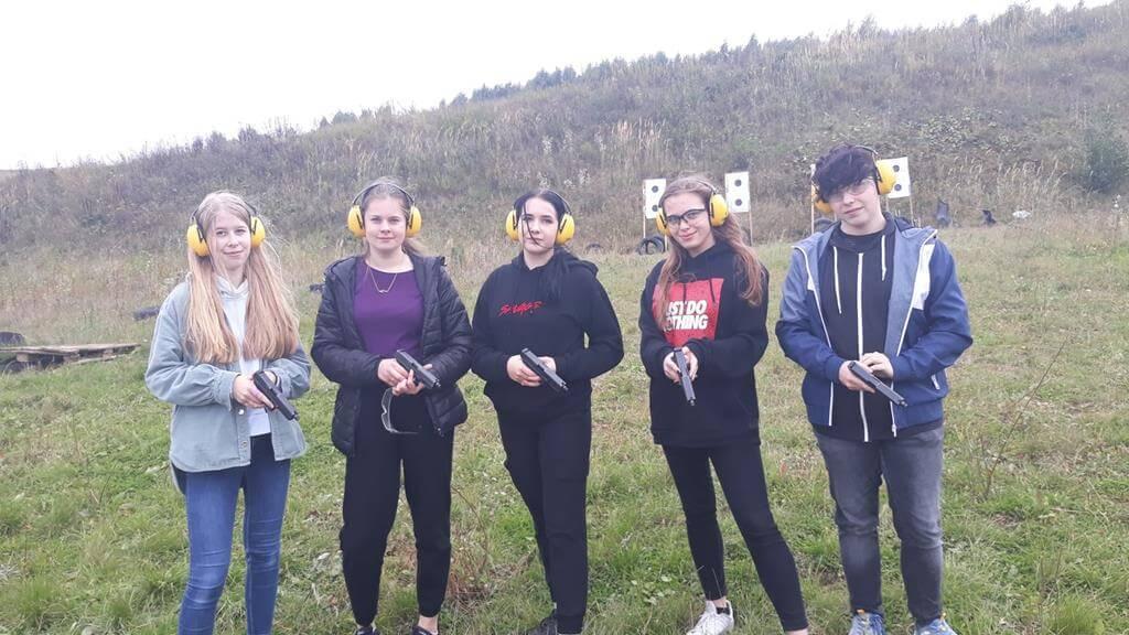 Uczniowie Katolika na strzelnicy